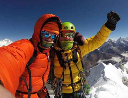 Vlad și Zsolt, față în față cu muntele Pumo Ri, Nepal